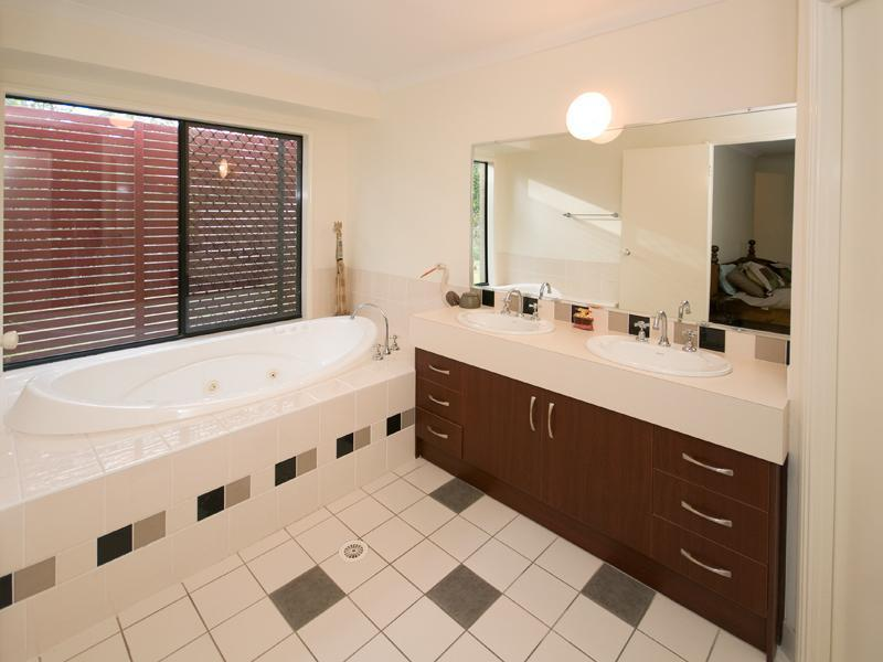 72 Bowhill Road WILLAWONG QLD 4110